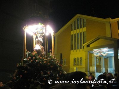 15-la-santa-davanti-la-parrocchia-del-carmine