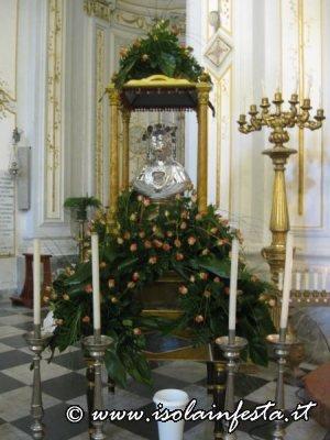 1sabato-5-giugno-processione-per-le-vie-del-paese-il-busto-argenteo-con-le-reliquie-della-santa-esposto-in-chiesa-madre