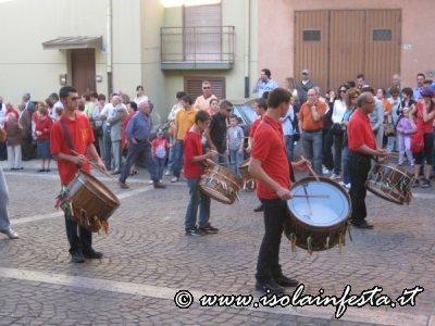 27-la-processione-preceduta-dai-tamburinai