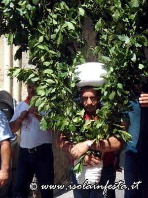 22-particolare-dei-devoti-che-portano-la-bandiera-votiv-con-la-testa