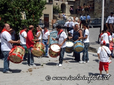 58-i-tamburi-accompagnano-anche-dentro-la-chiesa-le-bandiere