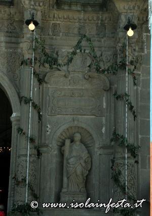 10-addobbi-nella-facciata-della-chiesa