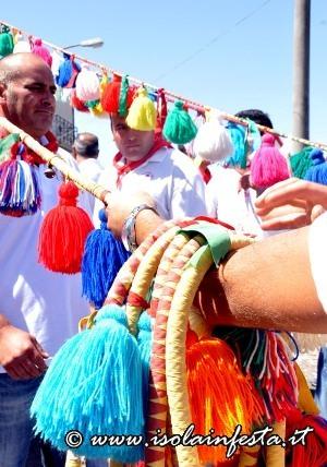 131-i-devoti-tirano-i-giummi-colorati