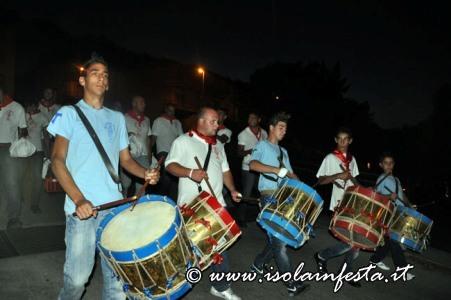 289-i-tamburi-accompagnano-viono-e-biscotti-sino-al-santo