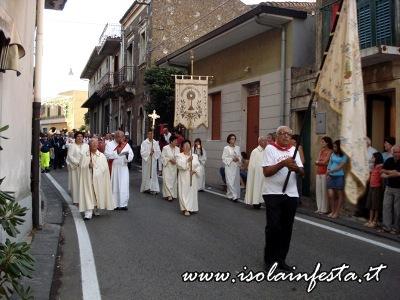 31-la-confraternita-del-ss-sacramento-precede-la-reliquia-del-santo-patrono