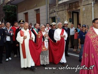 32-il-braccio-reliquiario-in-processione-verso-la-chiesa-madre