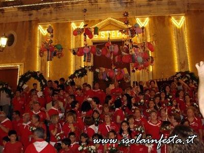 48-i-cantori-del-quartiere-nelle-scale-del-duomo-per-la-tradizionale-cantata-di-santo-stefano