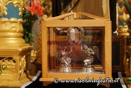 1-le-reliquie-del-santo-che-escono-in-processione-il-27_0