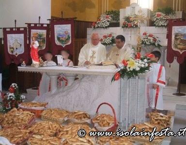 18-la-solenne-liturgia-del-giorno-della-festa-con-il-pane-da-distribuire-ai-fedeli