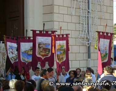 20-i-gonfaloni-del-rione-precedono-la-processione