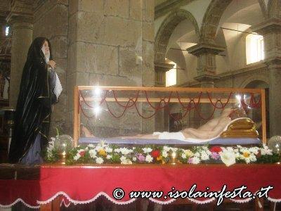 sabato_santo_la_madonna_veglia_il_cristo_morto_le_statue_esposte_in_chiesa_madre_per_la_venerazione_dei_fedeli-3jpg