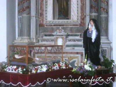 sabato_santo_la_madonna_veglia_il_cristo_morto_le_statue_esposte_in_chiesa_madre_per_la_venerazione_dei_fedeli