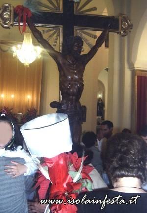 16-una-donna-rende-omaggio-al-cristo-portando-con-se-anche-i-tradizionali-ceri-abbelliti-con-nastri-e-fiori
