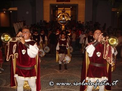 i-tamburi-e-le-trombe-medievali-accompagnano-il-ss-crocifisso-per-le-vie-del-paese