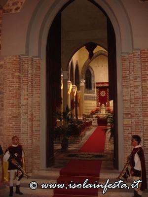 il-ss-crocifisso-arriva-davanti-la-maestosa-porta-stile-gotico-della-chiesa-madre-ed-entra-accompagnato-dagli-squilli-di-tromba