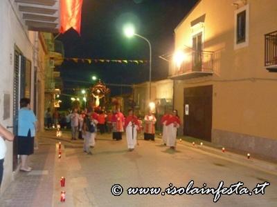particolare-della-processione-le-strade-adorrnate-dai-feddeli