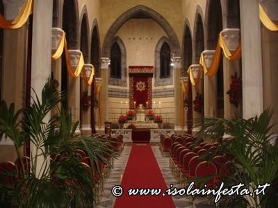vista-della-navata-centrale-della-chiesa-madre-addobbata-in-occasione-della-solennita