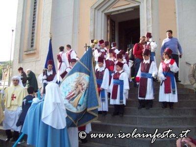 17-le-rappresentanze-e-la-confraternita-si-preparano-per-la-processione