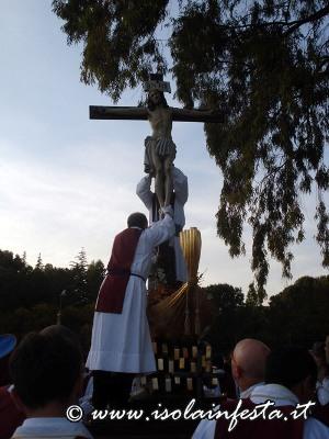 57-il-santissimo-crocifisso-viene-sollevato-dallarca