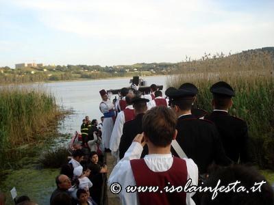 65-il-santissimo-crocifisso-viene-posto-sulla-barca