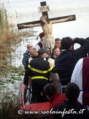 66-il-crocifisso-viene-posto-su-unapposita-barca