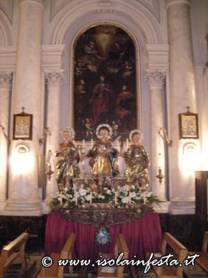 dscn5169-i-tre-santi-davanti-il-loro-altare