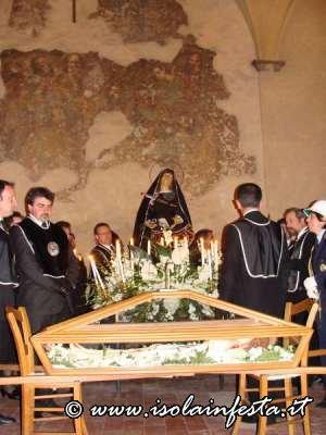 72-rietro-della-processionepace-sotto-il-loggiato-per-lomelia-del-parroco