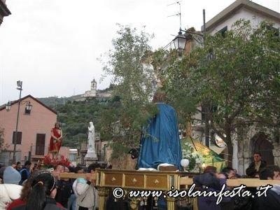 09-la-baretta-con-gesu-nel-bosco-di-getsemani-sul-sagrato-della-chiesa-madre-a-giampilieri-10-04-09