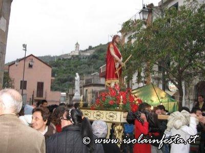 10-la-baretta-dellecce-homo-sul-sagrato-della-chiesa-madre-di-giampilieri-10-04-09