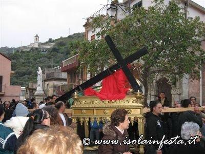 11-la-baretta-di-gesu-caduto-sotto-la-croce-sul-sagrato-della-chiesa-madre-di-giampilieri-10-04-09