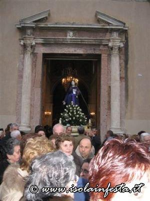 12-il-simulacro-delladdolorata-sulla-porta-della-chiesa-madre-di-giampilieri-10-04-09