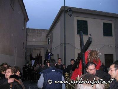 20-la-baretta-di-gesu-caduto-sotto-la-croce-in-processione-di-nuovo-sul-sagrato-della-chiesa-madre-di-giampilieri-10-04-09