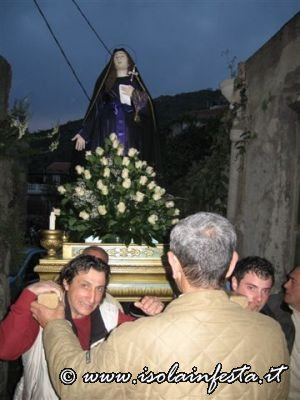 24-il-simulacro-della-madonna-addolorata-in-processione-lungo-la-stada-del-calvario-giampilieri-10-04-09