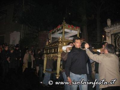 33-la-baretta-con-il-cristo-morto-in-processione-verso-la-chiesa-madre-di-giampilieri-10-04-09