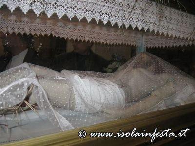 39-la-baretta-con-il-cristo-morto-allinterno-della-chiesa-madre-di-giampilieri-al-termine-della-processione-10-04-09