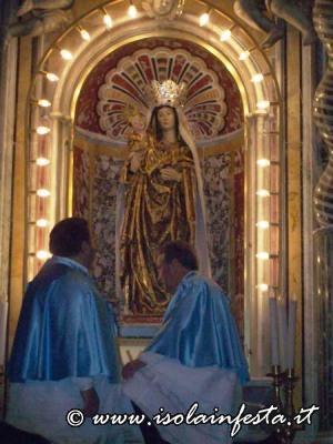 20. La Madonna viene salutata con il Salve Regina in Latino