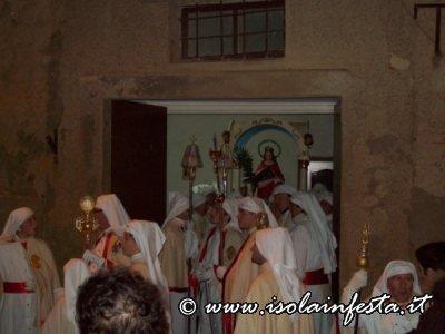 10-i-confrati-in-processione-sfilano-davanti-il-fercolo