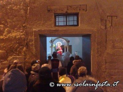 169-il-popolo-entra-nella-stanzetta-dove-e-tenuta-la-santa-per-baciarla-e-per-pregare