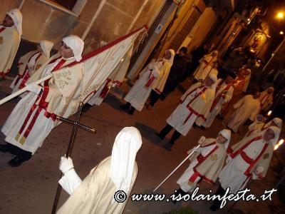 36-la-confraternita-del-ss-sacramento-precede-il-fercolo-della-santa